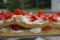 Recipe for brita cake in three languages. Baking Recipes, Cake Recipes, Strawberry Cakes, Food Cakes, Whipped Cream, Scones, Scandinavian, Biscuits, Almond