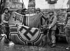 Soldados americanos capturam a bandeira nazista