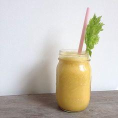 vochtafdrijvende smoothie Deze smoothie bevat 5 ingrediënten die vochtafdrijvend werken. Deze smoothie is heerlijk van smaak en dus net zo lekker als je daar niet persé op hoeft te letten.  Ingrediënten * 2 sinaasappels * 1/2 peer * 1 perzik * handvol ananasblokjes (vers) * 1 stengel bleekselderij * 1/4 citroen
