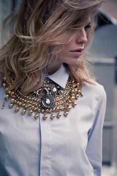 collier plastron moderne, les bijoux originaux femme, balayage cheveux