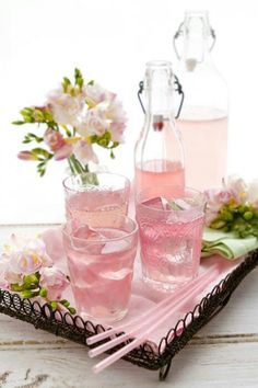 Looks so refreshing. Perfect for your little princesses party! Pretty bottles of pink lemonade! Freeze pink lemonade in ice cube trays ahead of time, so the ice cubes don't dilute the beverages. Pink Drinks, Summer Drinks, Pink Cocktails, Cold Drinks, Pink Sangria, Tout Rose, Pink Foods, Everything Pink, Pink Lemonade