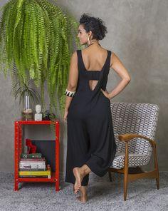 Macacão Cosmopolitan preto Boho Fashion, Fashion Dresses, Fashion Looks, Jumpsuit Pattern, Long Jumpsuits, African Print Fashion, Comfortable Outfits, Maternity Fashion, Style Inspiration