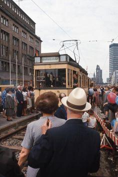 West-Berlin, 60er Jahre, Tauentzienstraße. Auch hier rollte die BVG mit ihren Straßenbahnen durch die City West. Heute kann man auf dem Mittelstreifen spazieren.