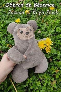 Oberon de Béatrice, en suédine taupe Taupe, Dinosaur Stuffed Animal, Teddy Bear, Couture, Toys, Animals, Plush, Model Face, Cuddling