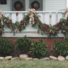 23 Perfect Outdoor Christmas Decorating Ideas With Garland It is important to have a plan for your home decoration before the holidays come around so that you are able to have an easy and pleasant holiday decorating. Noel Christmas, Rustic Christmas, Christmas Wreaths, Christmas Staircase, Christmas Front Porches, Vintage Christmas Trees, Amazon Christmas, Christmas Garden, Christmas Windows