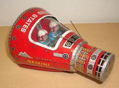 Vintage US Gemini tin litho space capsule toy Vintage Space, Vintage Tins, Vintage Design, Metal Toys, Tin Toys, Robots Vintage, Arte Robot, Space Toys, Photo Vintage
