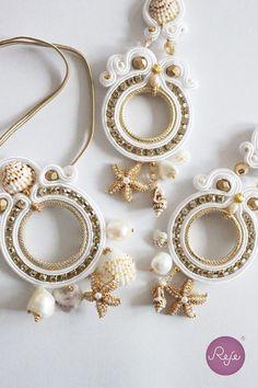 Soutache earrings and bracelet, with shells and starfish. Entirely hand-sewn by Reje, Italian jewelry designer. Soutache Tutorial, Soutache Pendant, Soutache Necklace, Gold Bridal Earrings, Bridal Jewelry, Earring Trends, Italian Jewelry, Shell Earrings, Bijoux Diy