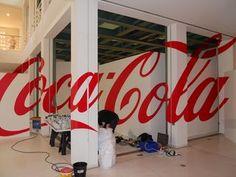 [Coke Code 267] 2011년 벨기에 겐트디자인뮤지엄에서 진행된 코카-콜라 125년 전시의 벽 장식입니다! 어느 한 지점에서면 코카-콜라의 로고를 완벽하게 볼 수 있도록 설계됐는데요~ 디자인의 멋에 숨은 지점을 찾는 재미까지! 멋지죠?