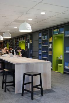 Nichos coloridos para espaco de estudo - Biblioteca
