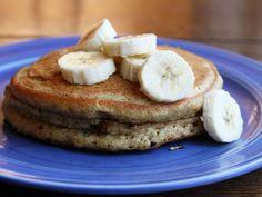 A pesar de ser fan de las cosas dulces, para el desayuno casi siempre elijo cosas saladas, pues siento un poco de remordimiento cuando comienzo el día disfrutando de carbohidratos, azucares y calorías ilimitadas. Por eso me enamoré cuando descubrí esta receta de pancakes integrales de plátano, pues son un poco más saludables que los tradicionales.   Ingredientes