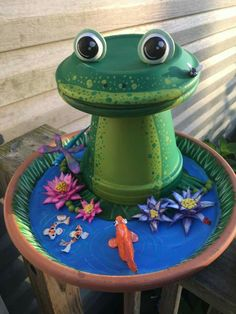 Moms bday gift Diy Yard Art Ideas Projects, Clay Pot Projects, Clay Pot Crafts, Diy Clay, Flower Pot Art, Clay Flower Pots, Flower Pot Crafts, Flower Pot People, Clay Pot People