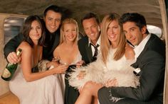 A comédia acabou em 2004, mas até hoje morremos de saudades dos personagens. Ao longo de dez temporadas acompanhamos as vidas de Rachel, Monica, Phoebe, Joey, Chandler e Ross. No decorrer da série, os amigos passam por inúmeras situações hilárias e seus relacionamentos amorosos rendem momentos épicos. Friends é até hoje considerado um dos melhores programas já exibidos.