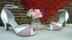 Estos zapatos en blanco roto y lila, son de una novia que decidió meter algo de color en sus zapatos y éste es el resultado.