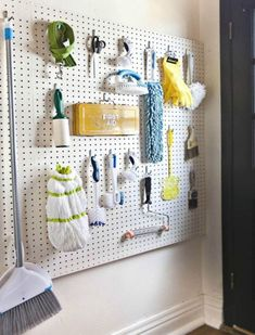 Ιδέες για να Αποθηκεύσετε την Σκούπα και τη Σφουγγαρίστρα σαςspirossoulis.com – the home issue Basement Laundry, Laundry Room Organization, Laundry Rooms, Laundry Storage, Laundry Organizer, Laundry Closet, Closet Storage, Garage Storage, Tool Storage