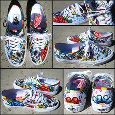 Estos zapatos son super divertidos para pintar y eso me hace feliz ver a gente disfrutando de mis creaciones. Si desea totalmente personalizado a tu propio gusto personal no dude en contactarme con tus ideas. Hará que suceda. Cualquier cosa es posible. -Chadcantcolor QUÉ VAS A ENCONTRAR- Vans Authentic zapatos con día de los Muerte, día de los muertos inspirado Arte pintado a mano personalizado. Calaveras de azúcar, flores y brillante color saturado son lo que son acerca de. ¡ Celebra! E...