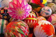 """Las Bolas Temari son una forma de arte popular chino y japonés en el que pequeñas bolas están bordadas con impresionantes patrones para decoración. Temari en japonés significa """"hand ball"""", y originalmente estas bolas fueron diseñadas para ser utilizadas en los juegos de pelota a mano por los niños. Bolas Temari son muy apreciados regalos que simbolizan una profunda amistad y lealtad, y los colores brillantes son un deseo simbólico para el receptor de una vida brillante y feliz."""