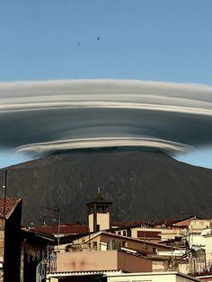 14/6/2016 Spettacolare e strano l'Etna di oggi alle ore 19.49 da Bronte. La nuvola sembra un mega disco volante