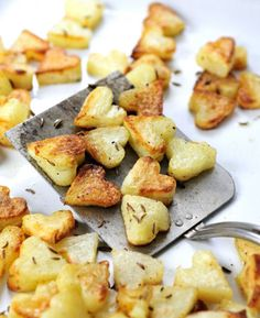 How to make perfect crispiest roasted potatoes with one simple trick. Make cute roasted heart potatoes for Valentine's Day dinner Valentines Breakfast, Valentines Day Dinner, Valentines Day Treats, Cake Decorating Tutorials, Breakfast In Bed, Breakfast Ideas, Romantic Breakfast, Breakfast Potatoes, Romantic Dinners
