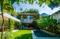 Post with 10242 views. Open air living spaces centered around a courtyard garden with a pool in a residence covered with the lush tropical vegetation of Gávea, Rio de Janeiro, Brazil Residential Architecture, Modern Architecture, Jungle Vibes, Casa Patio, Street House, Tropical Houses, Future House, Beautiful Homes, Living Spaces