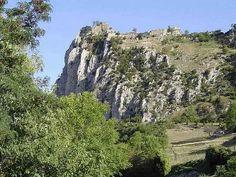 Accrochée au rocher, le vieux château invite les passants à une promenade inoubliable !