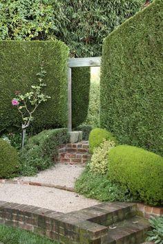 Такая деревянная арка приглашает пройти дальше в сад и посмотреть, что там, за аркой, кроется. Вроде никакого подвоха. Все выглядит очень натурально, да и подход к арке не бутафорский, а основательный — ступени из кирпича, а по бокам дорожки высажены декоративные кустарники. Но вход в эту арку на поверку оказывается иллюзией. Ее создает зеркало, отражающее живописную часть сада. Прием удивительный, дачникам во многом полезный.