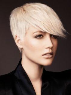 La coupe de cheveux est tendance et la coloration l'est tout autant ! Une jolie coupe courte où l'accent est ms sur les cheveux du dessus de la tête. En effet, le coiffeur les a gardés assez longs, pour ensuite les ramener vers l'avant de façon à former une longue frange légèrement balayée sur le côté.