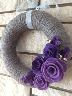 Yarn Wreath Handmade Felt Decoration- Grey and Purple Wreath Felt Flower Wreaths, Felt Wreath, Wreath Crafts, Diy Wreath, Mesh Wreaths, Felt Flowers, Felt Crafts, Yarn Wreaths, Floral Wreaths
