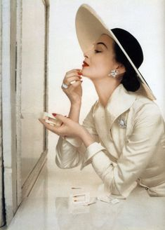 by John Rawlings, Vogue US -Capeline Vintage Vogue, Moda Vintage, Vintage Glamour, Vintage Beauty, 50s Glamour, Glamour Dresses, Vintage Makeup, 50s Vintage, Foto Fashion