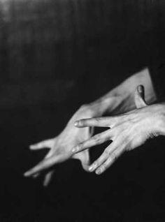 Germaine Krull - Etude de Mains, 1929