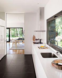 Cocina en blanco y negro con suelo de cerámica negro, paredes y encimera blanca_305036