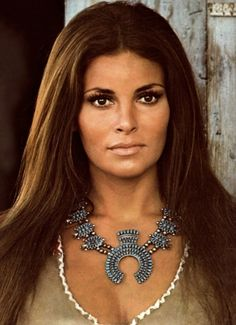 I saw this photo of Raquel Welch HERE. I was so impressed with all the photos of Raquel in that article. Here is a photo of Raquel in her younger years. Rachel Welch, Hollywood Glamour, Hollywood Stars, Classic Hollywood, Retro Mode, Vintage Mode, Classic Beauty, Timeless Beauty, Iconic Beauty