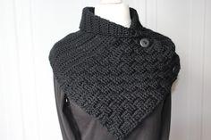 Ein Schalkragen hat viele Vorteile: Er wärmt, wenn es kalt ist und er verleiht so manchem winterlichen Outfit erst den letzten Schliff! Er kann individuell zugeknöpft werden und passt sich daher jedem Hals an. Man hat keinen dicken Knoten über der Jack