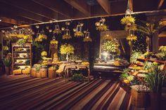 Velas suspensas na decoração da mesa do bolo - Casamento Ilana e Luiz André