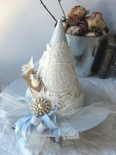 Are you a good witch or a bad witch! Perfect shabbiest of chic white Halloween witches hat inspiration * Vintage brooch, doily & tulle fabulousness! Halloween Witch Hat, Holidays Halloween, Happy Halloween, Witch Hats, Halloween Stuff, Chic Halloween, Halloween Table, Halloween 2017, White Witch Hat