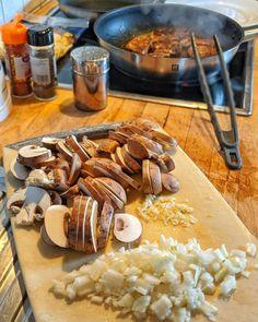Schweinemedaillons mit Champignon Rahmsoße mit Spätzle Spatzle, Grilling, Stuffed Mushrooms, Food And Drink, Dishes, Chicken, Meat, Vegetables, Desserts