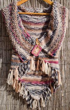 Interesting idea with arm openings. Knitted Poncho, Crochet Shawl, Knit Crochet, Pull Grosse Maille, Crochet Waistcoat, Knitting Patterns, Crochet Patterns, Crochet Woman, Knit Fashion