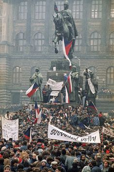 Tens of thousands of people demanded free elections at the Czech national monument in Prague on Nov. Old Pictures, Old Photos, 1989 Tour, Prague Czech Republic, Future Travel, People Of The World, World War I, Capital City, Revolution