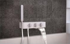 Deze prachtige solide top badkraan met waterval uitloop is een echte eye-catcher in uw badkamer. Cruxelles brengt deze kraan in zowel de elegante 7000-serie (afgeronde hoeken) als in de strakke 6000-serie (strakke hoeken)  www.cruxelles.com