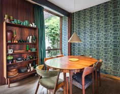 house australian mid-century modern Russel Jack House in Sydney - dining are. - house australian mid-century modern Russel Jack House in Sydney – dining area - Mid Century Modern Wallpaper, Mid Century Modern Furniture, Halle, Eclectic Curtains, Vintage Interiors, Dream House Plans, Mid Century House, Modern Interior Design, Mid-century Modern