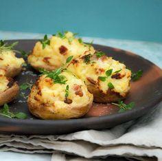 Opskrift på ovnbagte kartofler med bacon og hvidløgsost - tryllekartofler smager fantastisk og er gode som tilbehør mange retter