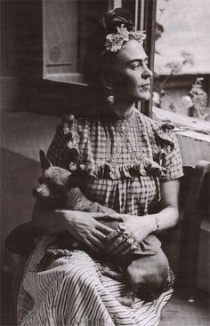 Legendary Mexican artist Frida Kahlo is pictured here holding her dog in the Mexico City home she lived in with her husband, fellow artist Diego Rivera. Diego Rivera, Mexican Hairless Dog, Frida And Diego, Frida Art, Most Famous Artists, Mexican Artists, Black And White Portraits, Gustav Klimt, Mexico City