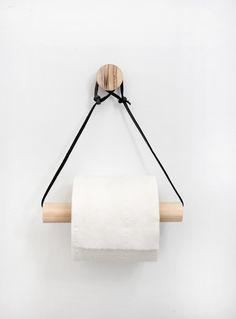 Un porte rouleau de papier toilette en bois et corde