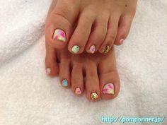 ホワイトベースに四色を使ったタイダイ柄のフットネイル  Foot nail of tie dyed pattern using the four colors based on white