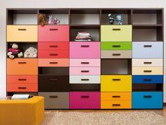 Pokój dla nastolatka, pokój młodzieżowy, pokój dziecięcy, regał, szafki, meblościanka, kolorowe szuflady. Zobacz więcej na: https://www.homify.pl/katalogi-inspiracji/14966/pokoj-mlodziezowy-inspiracje-i-aranzacje