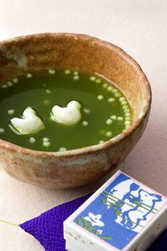 お汁粉の中にぷかぷか浮かぶ千鳥がたまらなく可愛い「不老泉」は、自分でお湯を注いで作る懐中汁粉で、葛湯、抹茶、ぜんざい風味の3種類のお味があります。