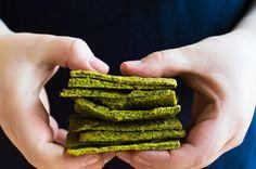 Essayez notre recette simple de craquelins à la pulpe de légumes (céleri, chou-kale, brocoli) et farine d'amande et chia, sans gluten.