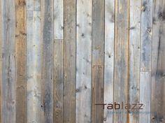 De massief houten gevelbekleding in Barnwood is verkrijgbaar in diktes tussen 16 en 23 millimeter, wisselende breedtes en variërende lengtes. Het is geschikt als gevelbekleding voor buiten, maar ook als wandbekleding voor binnenmuren. Hardwood Floors, Flooring, Barn Wood, Wood Wall, Interior, Christmas, Penne, Crafts, Dreams