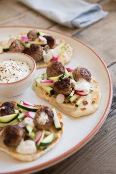 Platbrood met labneh en lamsgehaktballetjes - Manon Van Aerschot