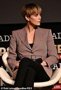 Margot Robbie and Charlize Theron mean business as they lead stars at Deadline Contenders in LA Blunt Bob Hairstyles, Side Bun Hairstyles, Popular Short Hairstyles, Bride Hairstyles, Vintage Hairstyles, Chic Short Hair, Short Hair Model, Short Curly Hair, Short Hair Cuts
