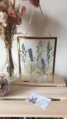Pressed Flowers Frame, Pressed Flower Art, Flower Frame, Diy Resin Art, Diy Resin Crafts, Flower Room Decor, Flower Decorations, Lavender Decor, Diy Crafts For Home Decor